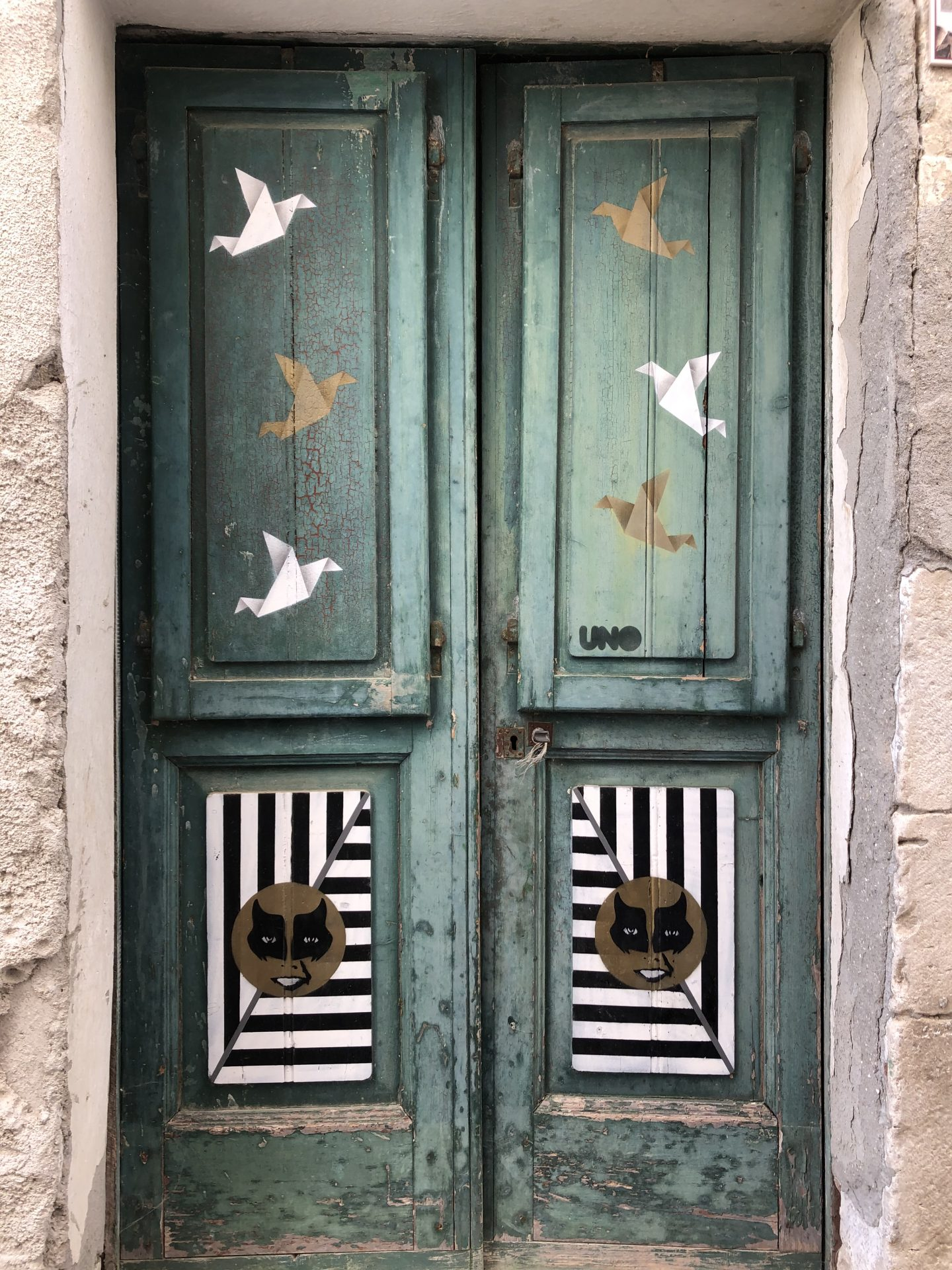 porta dipinta con gabbiani e motivi geometrici