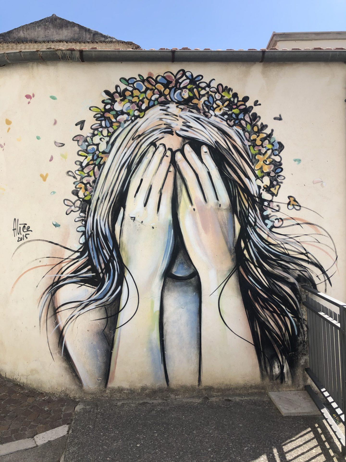 murales di ragazza che si chiude gli occhi