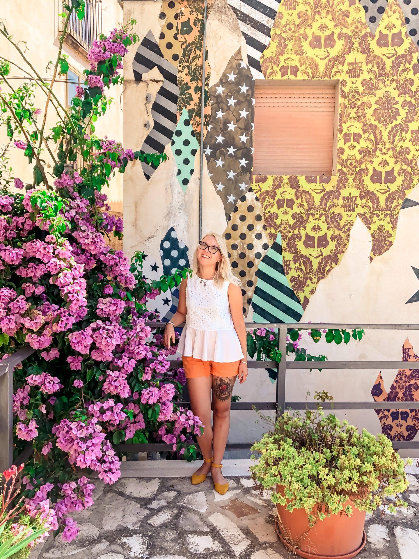 un murales colorato con ragazza