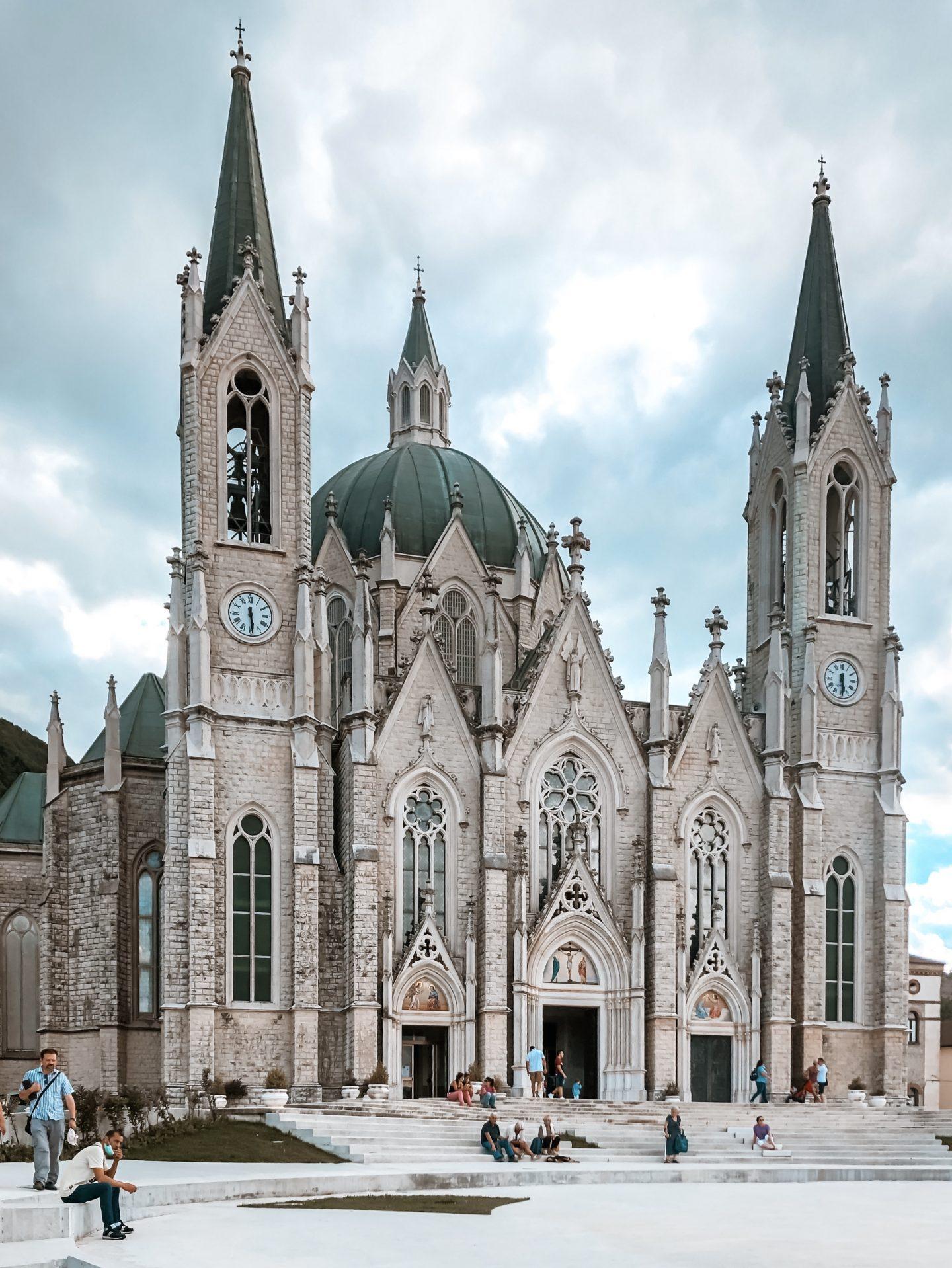 vista della basilica di castelpetroso