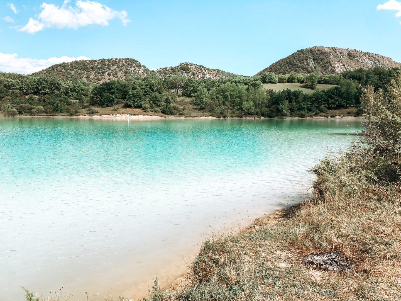 vista dal lago di castel san vincenzo