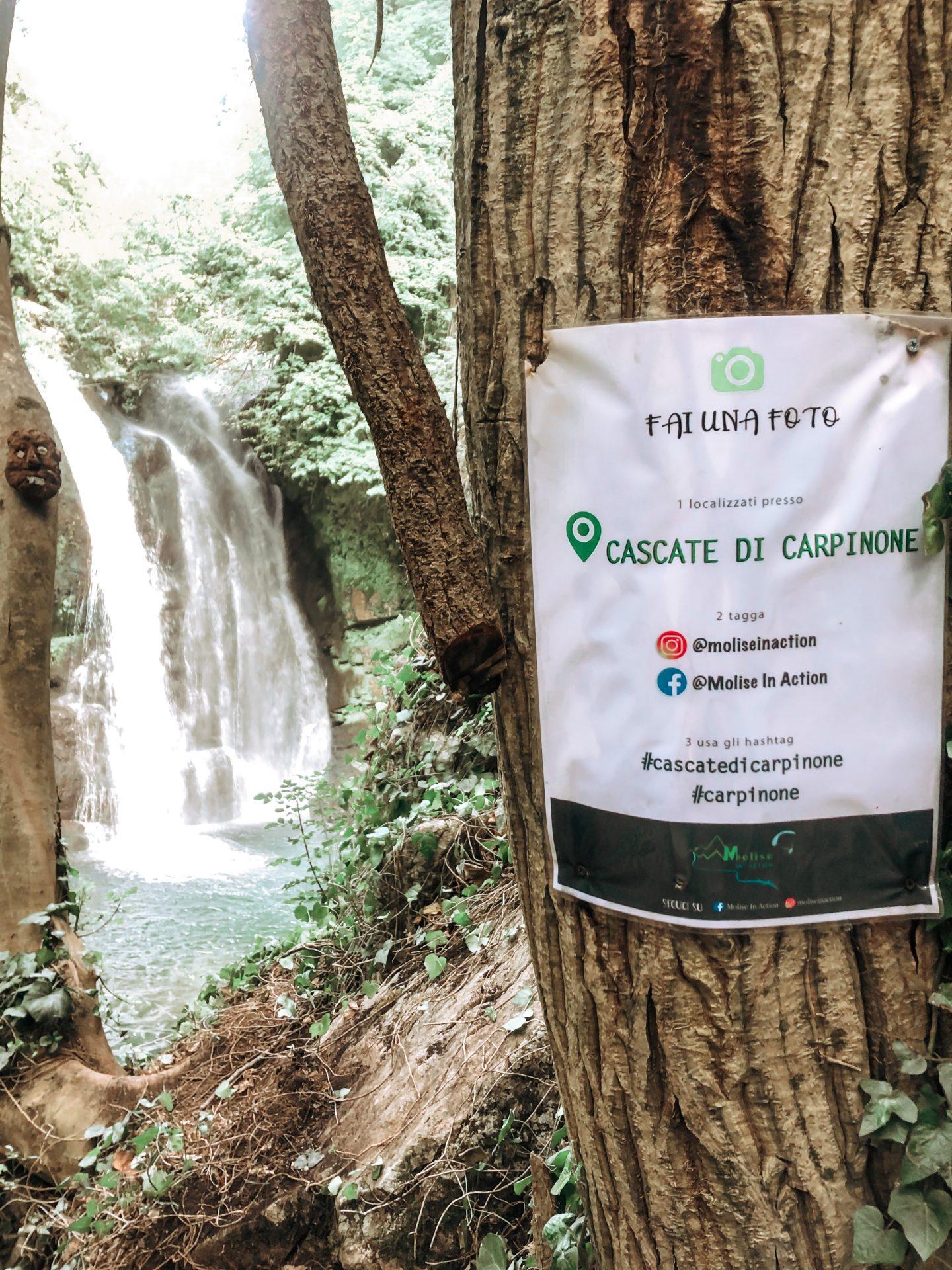 Indicazioni su un foglio davanti la cascata carpinone