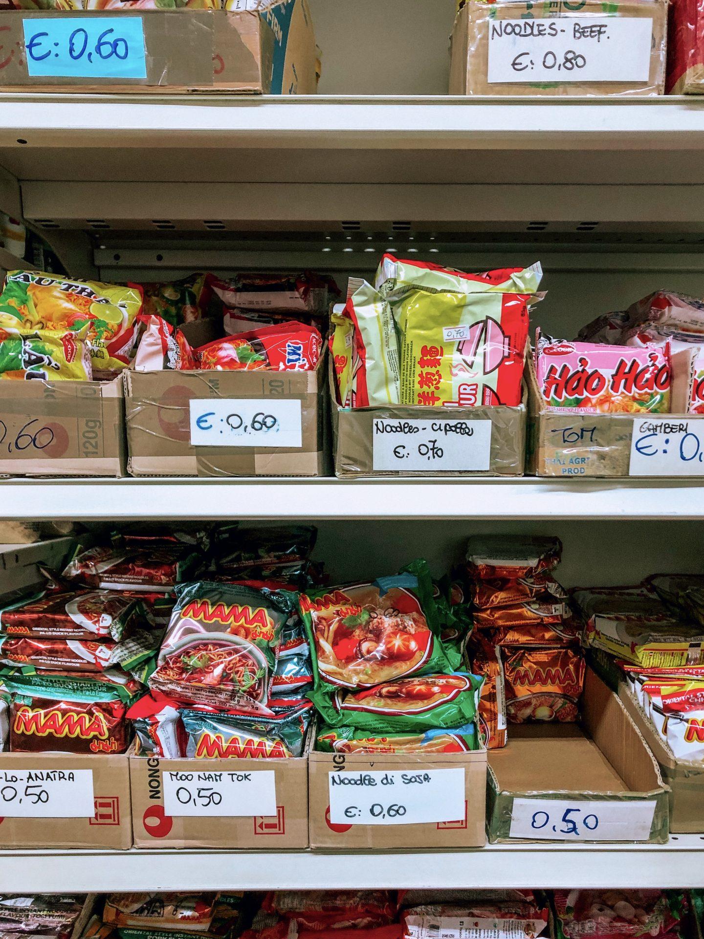 scaffali con confezioni di noodles in un negozio cinese